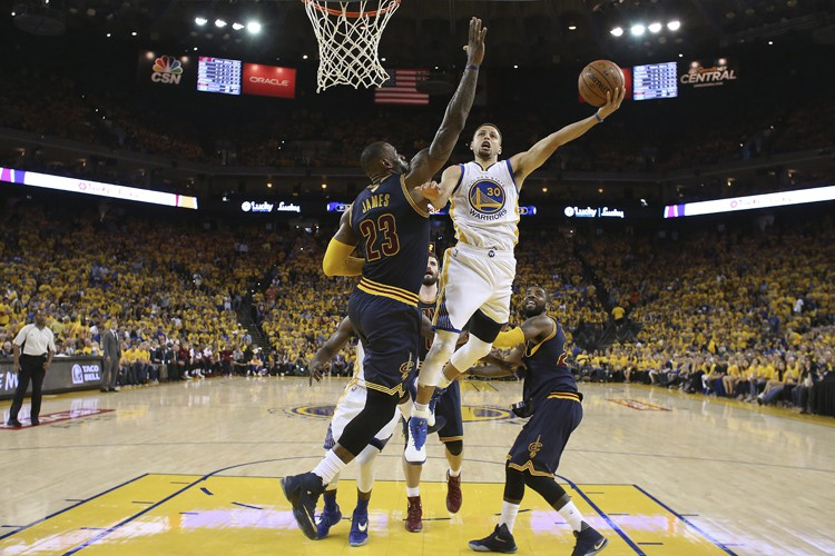 Draymond Green a inscrit 28 points, Stephen Curry en a ajouté 18 et... (PHOTO AP)