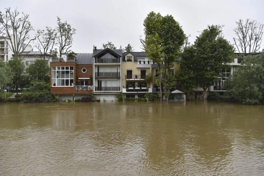 Des maisons de Neuilly-sur-Seine, près de Paris, ont... (PHOTO ALAIN JOCARD, AFP)