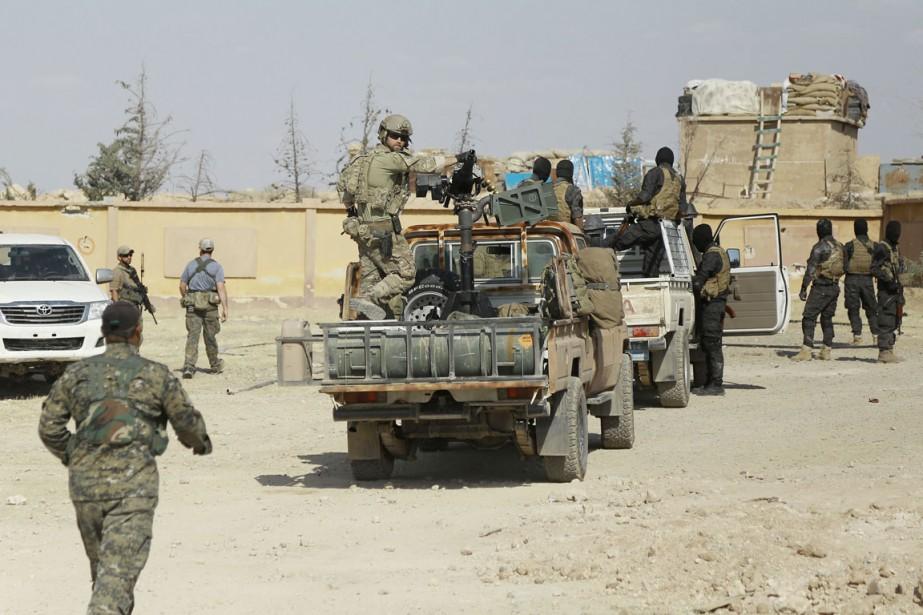 Des combattants des Forces syriennes démocratiques et un... (PHOTO DELIL SOULEIMAN, ARCHIVES AFP)