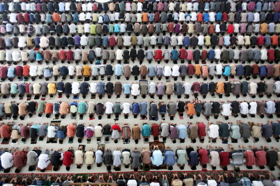 Le ramadan a débuté lundi dans la plupart des pays à majorité sunnite, à l'exception du Maroc, où il sera entamé mardi comme dans les pays chiites, notamment l'Iran. (PHOTO Binsar Bakkara, AP)