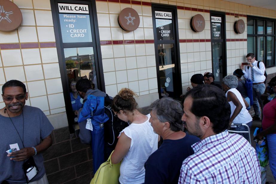 Des citoyens ont fait la file mardi pour... (Photo John Sommers II, Reuters)
