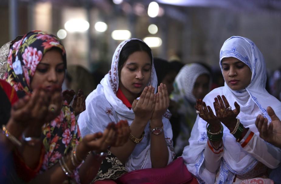 Des femmes prient en Inde juste avant le repas de la tombée de la nuit. (AP)