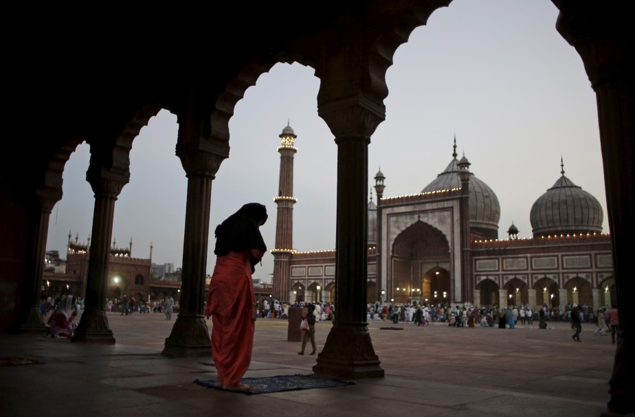 Les musulmans prient, dont ici en Inde. (AP)