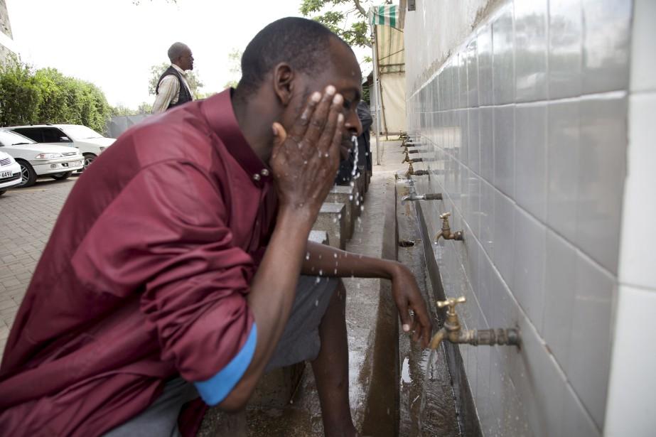 À Nairobi, au Kenya, ce musulman fait son ablution avant d'entrée à la mosquée pour prier. (AP)