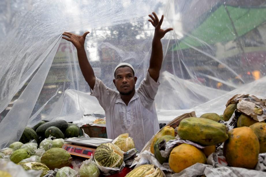 Ce vendeur protège ses étals, prêt à accueillir les fidèles affamés. (AP)