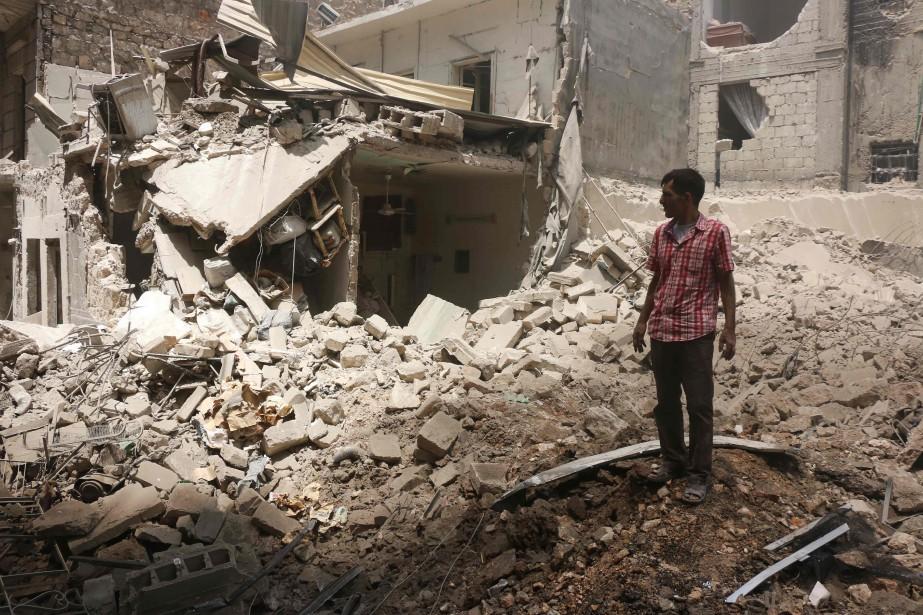 Des responsables de la défense civile dans Alep... (PHOTO THAER MOHAMMED, archives AFP)