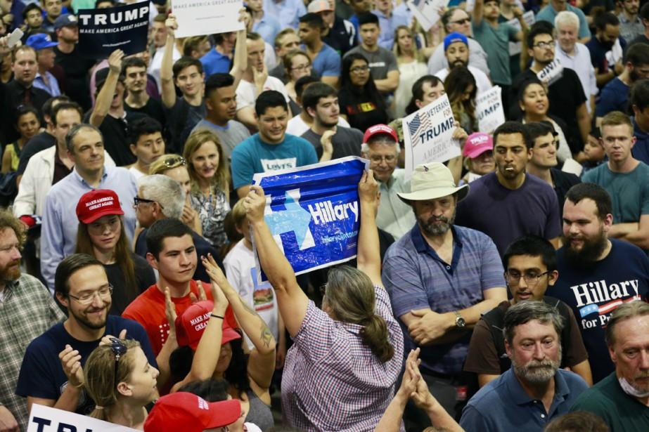 Une partisane d'Hillary Clinton brandit une affiche appelant... (PHOTO Jae C. Hong, ARCHIVES AP)