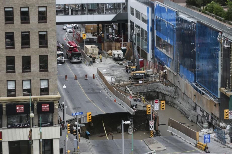 Un immense trou est apparu mercredi sur la... (Chris Roussakis, AFP)