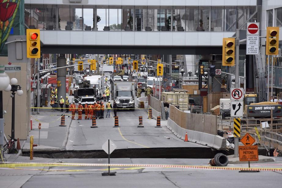 Un immense trou est apparu mercredi sur la rue Rideau, au centre-ville d'Ottawa, forçant l'évacuation du Centre Rideau, du Centre Shaw et de l'hôtel Westin. Des travaux de réfection étaient déjà entamés depuis le printemps sur la portion de la rue où s'est produit l'affaissement. (Justin Tang, PC)