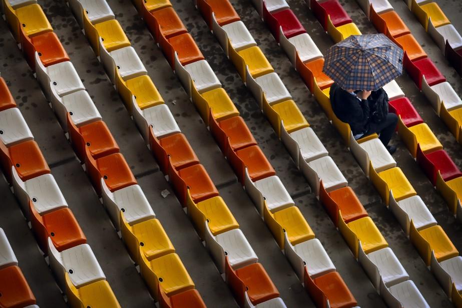 Un spectateur solitaire assiste aux essais du Grand... (Photo AP)