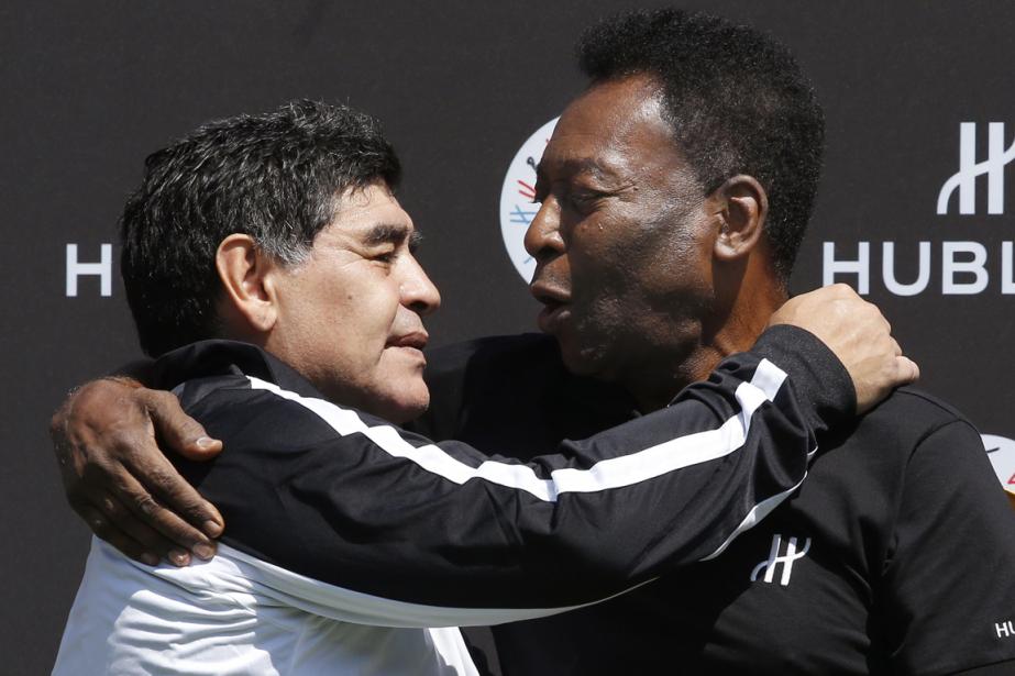Diego Maradona et Peléofficiaient comme entraîneurs pourune rencontre... (Photo Patrick Kovarik, AFP)