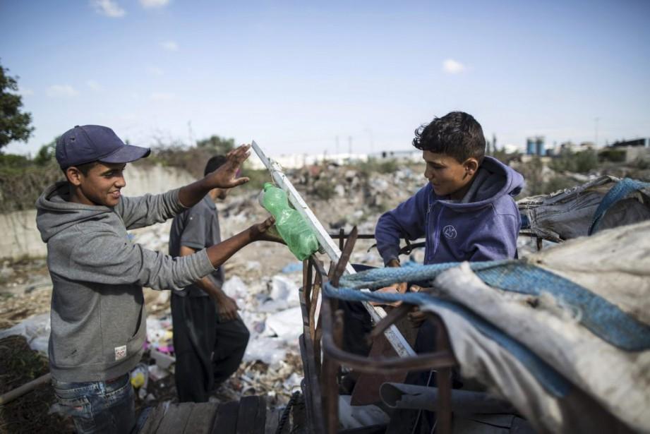 De nombreux jeunes Palestiniens collectent notamment du plastique... (Photo MAHMUD HAMS, AFP)