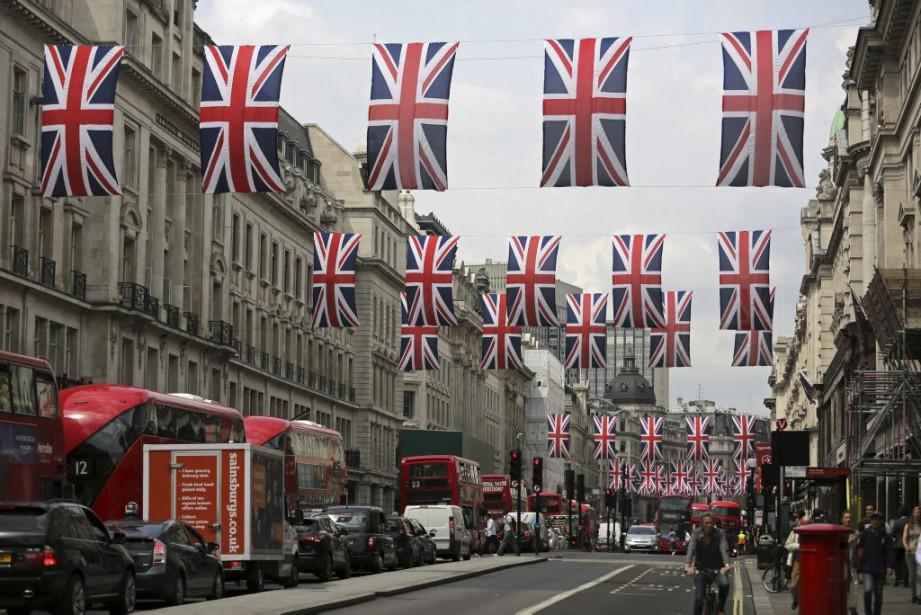 Regent Street se pare de drapeaux, à Londres.... (PHOTO DANIEL LEAL-OLIVAS, AFP)