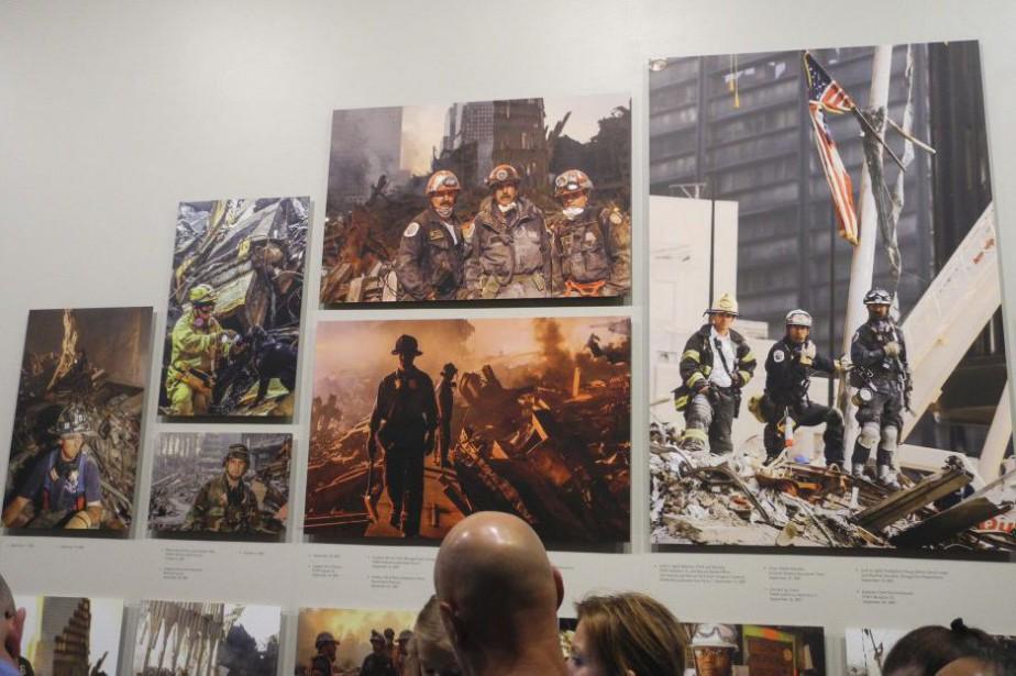 Des visiteurs regardent des photos de l'exposition Hope... (PHOTO THOMAS URBAIN, AFP)
