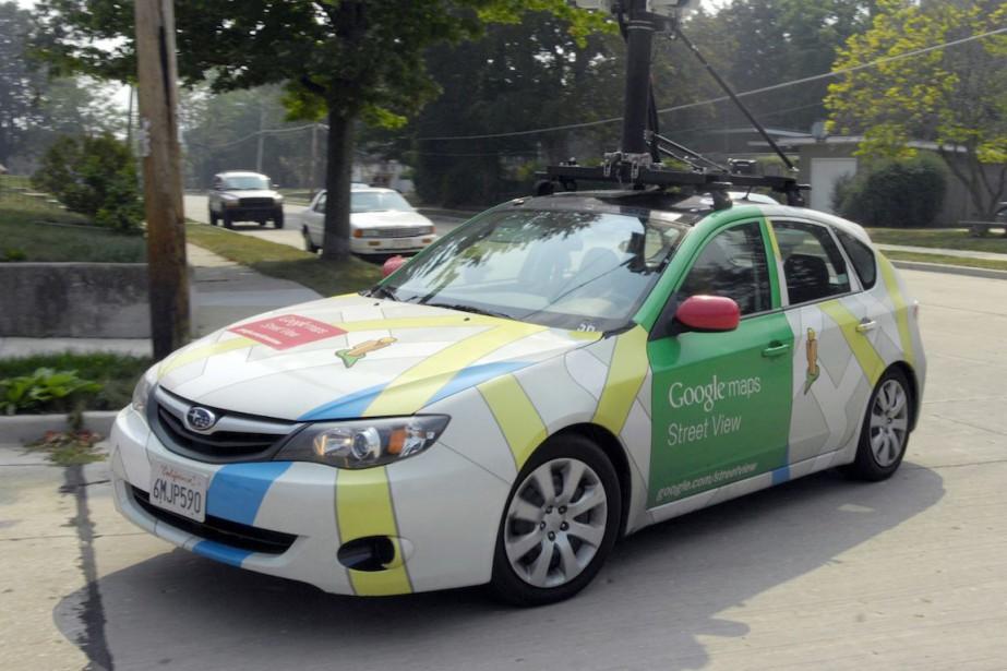 Des automobiles de Google prennent des images panoramiques... (Photo Mark Hertzberg, Journal Times/AP)