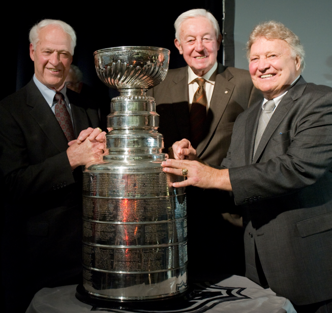 Gordie Howe pose avec la Coupe Stanley en compagnie de Jean Béliveau et Bobby Hull en 2008. (Photo David Boily, archives La Presse)