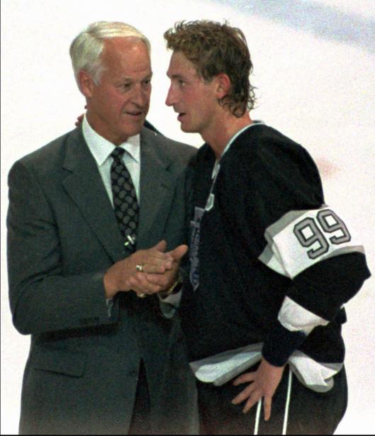 Gordie Howe félicite Wayne Gretzky après que celui-ci eut battu son record de points dans la LNH (1850), le 15 novembre 1989. (Photo archives PC)