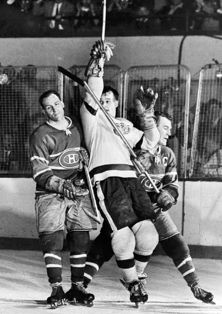 Gordie Howe (au centre), des Red Wings, célèbre un de ses buts entre Émile «Butch» Bouchard et Floyd Curry, du Canadien, lors de la finale de la Coupe Stanley de 1955. (Photo archives AP)