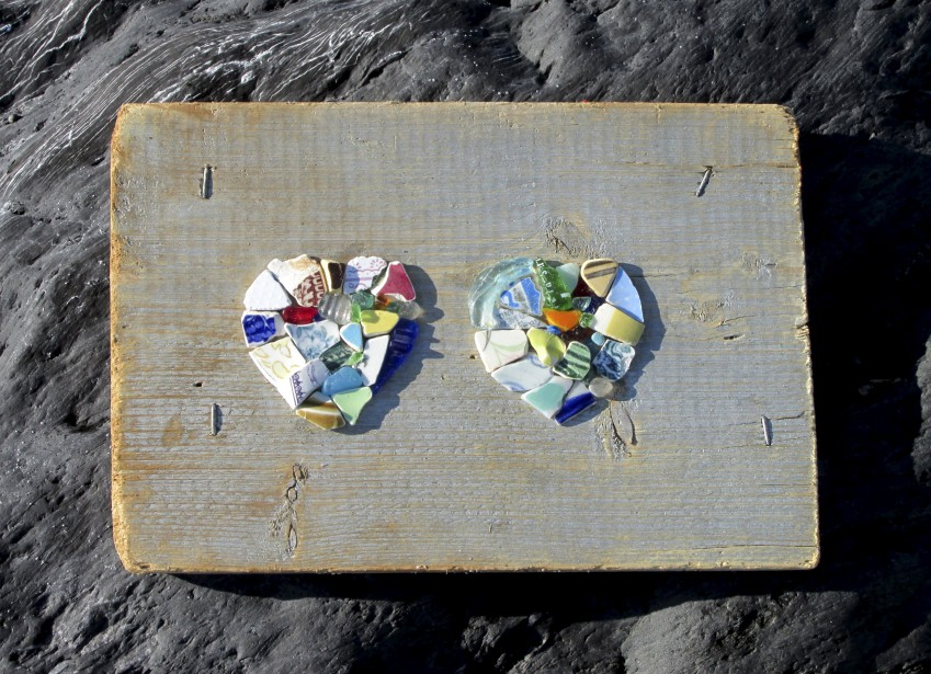 Ces coeurs ont été confectionnés avec des tessons de céramique de plage collés sur du contreplaqué flotté. (Fournie par Atelier Bertrand)