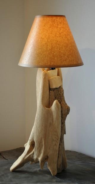 La base de cette lampe est en bois de grève. (Fournie par Atelier Bertrand)