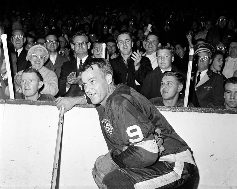 Gordie Howe reçoit une ovation des partisans des Red Wings après avoir marqué son 545e but dans la LNH pour établir un nouveau record, le 10 novembre 1963. (Photo archives AP)