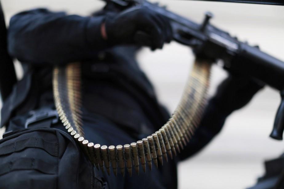 Un membre de la police fédérale mexicaine lourdement... (PHOTO Jorge Dan Lopez, archives reuters)