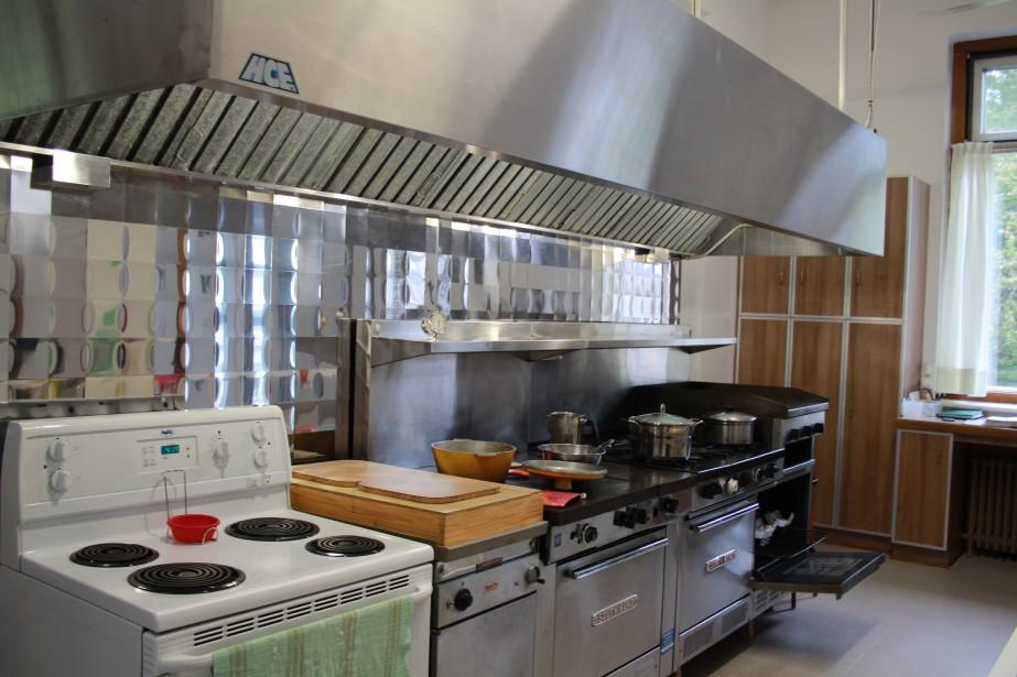 Une cuisine pouvant accomoder une cinquantaine de personnes pour les repas. (Mélissa Bradette)