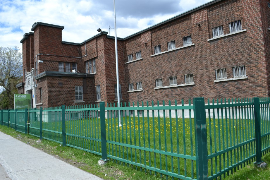 La prison, qui est implantée sur la rue Price, avec une marge de recul avant, se distingue par sa composition tripartite comprenant un avant-corps central; deux éléments soulignant le caractère institutionnel du bâtiment. (Mélissa Bradette)