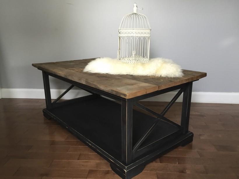 Cette table de salon LOUISIANA est un projet sur mesure fabriqué à partir de bois de grange. Nora Chhun en ramène souvent du Bas-Saint-Laurent et a sa réserve personnelle. (Fournie par Dans ta Baraque)