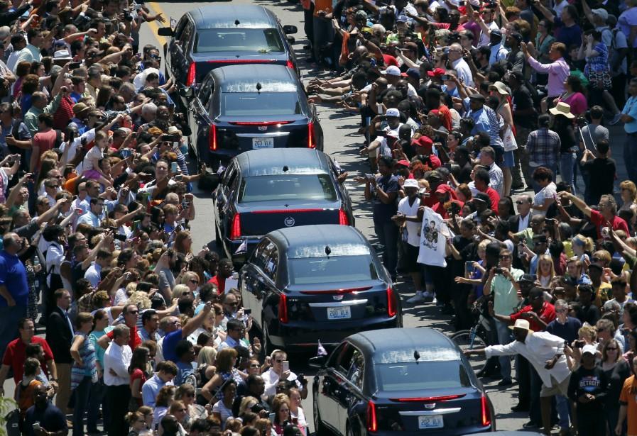 La procession funéraire d'Ali passe dans les ruées bondées de Louisville, au Kentucky. (AP)