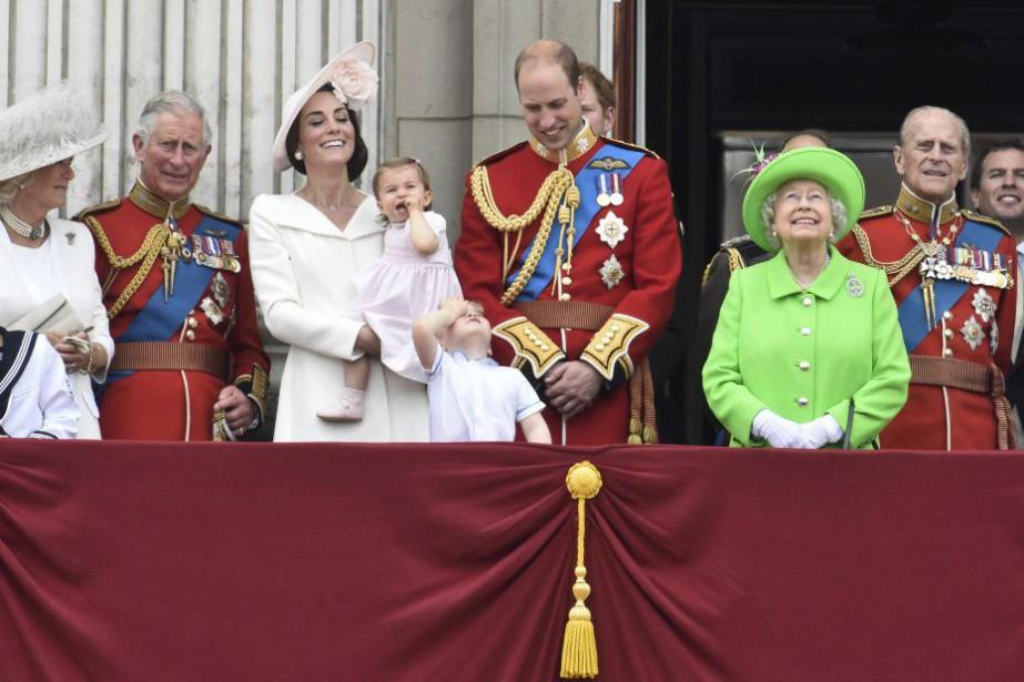 Les membres de la famille royale se sont... (PHOTO TOBY MELVILLE, REUTERS)