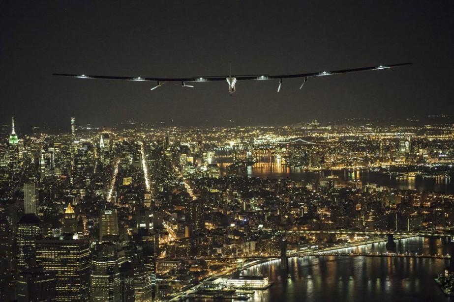 L'avion solaire Solar Impulse 2s'est posé samedi avant... (Photo Reuters)