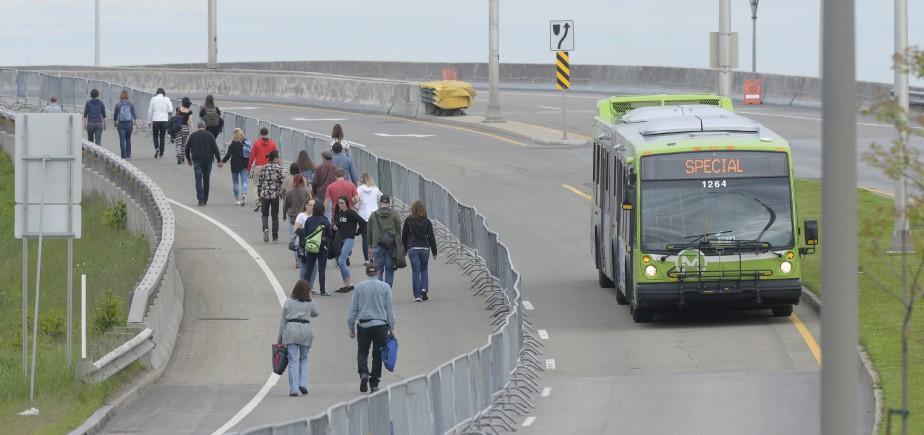 Les spectateurs ont utilisé leurs jambes... ou le transport en commun pour se rendre à la Baie de Beauport. (Le Soleil, Jean-Marie Villeneuve)