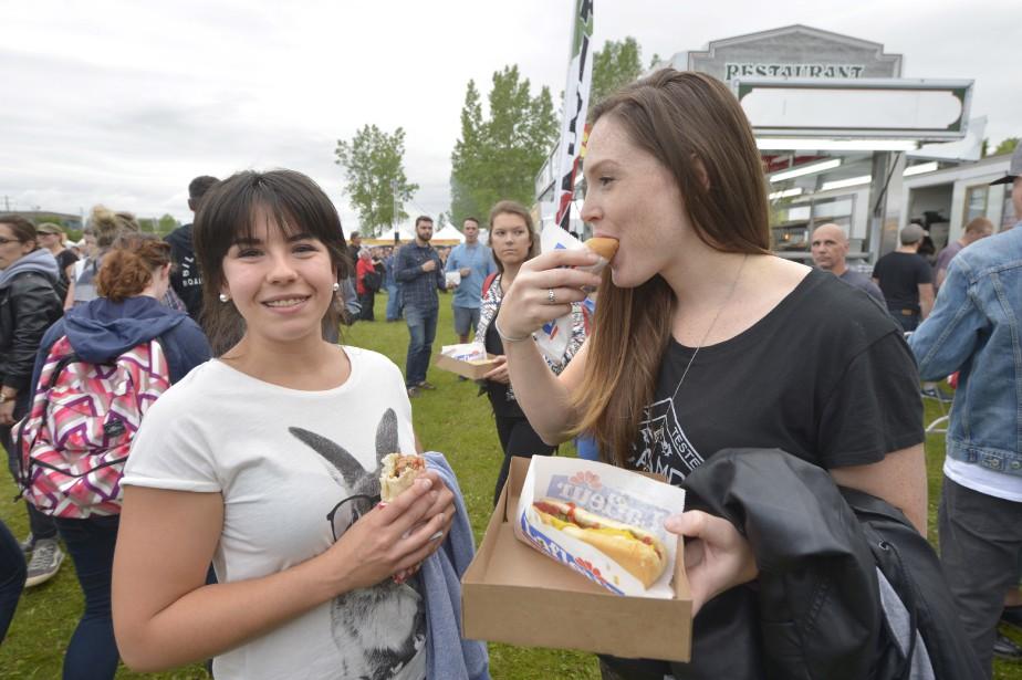 Quoi de mieux qu'un hot-dog avant un spectacle en plein air? (Le Soleil, Jean-Marie Villeneuve)