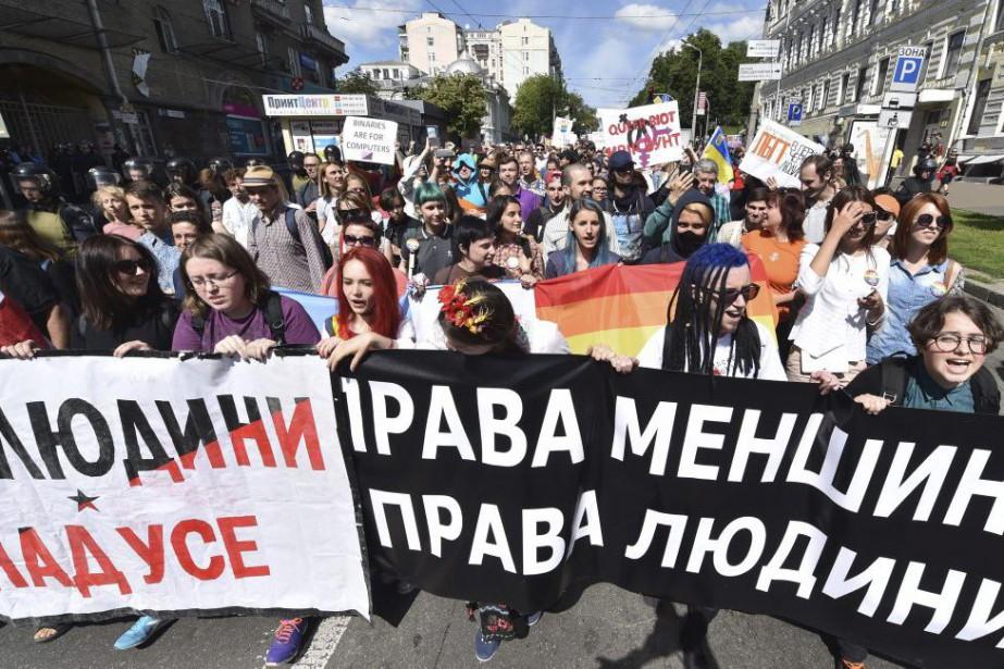 Durant le défilé, plusieurs participants ont brandi des... (PHOTO SERGEI SUPINSKY, AGENCE FRANCE-PRESSE)