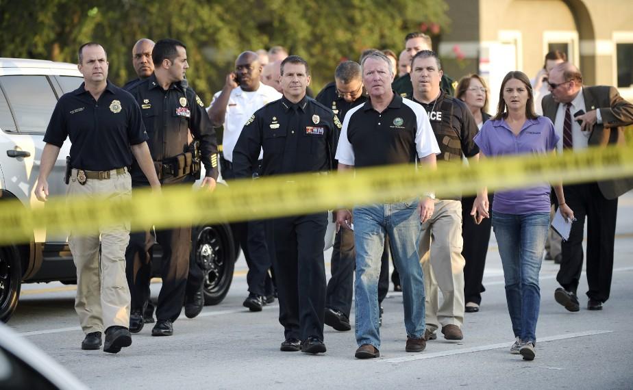 Le maire d'Orlando, Buddy Dyer (centre droit), et le chef de police d'Orlando, John Mina (centre gauche). (AP, Phelan M. Ebenhack)