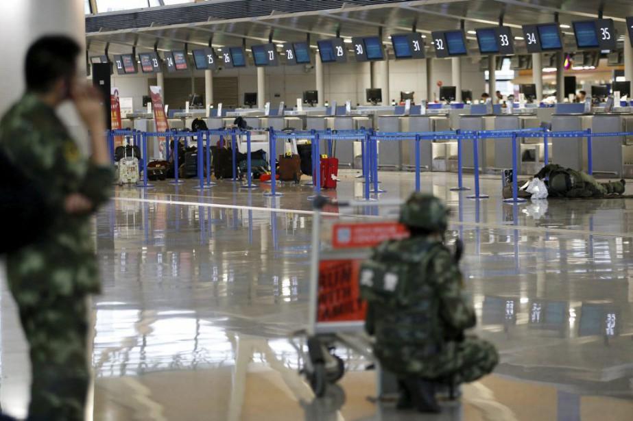 Un expert examine un baggage près du lieu... (PHOTO ALY SONG, REUTERS)