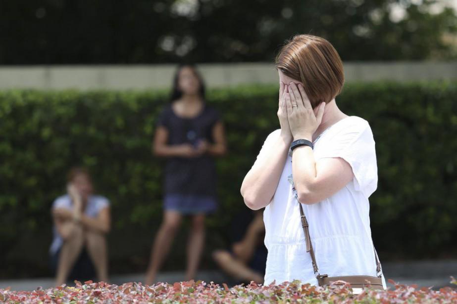 Une femme prie devant le club Pulse.... (PHOTO GREGG NEWTON, AFP)