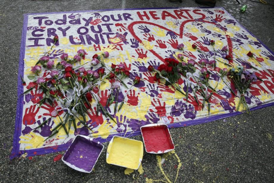 Près du Pulse, un lieu de commémoration a été improvisé pour rendre hommage aux victimes de la tuerie. (Photo CARLO ALLEGRI, Reuters)