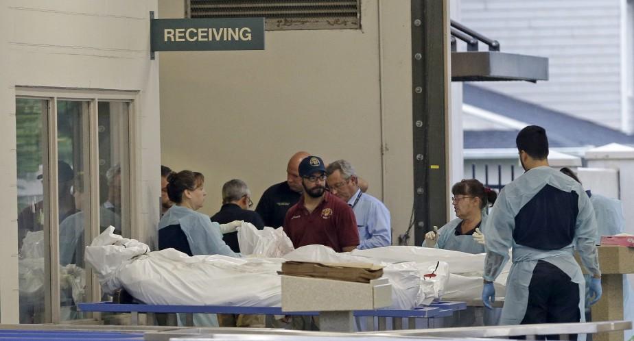 Des corps de victimes sont transférés dans un centre médical pour être examinés. (AP, Alan Diaz)