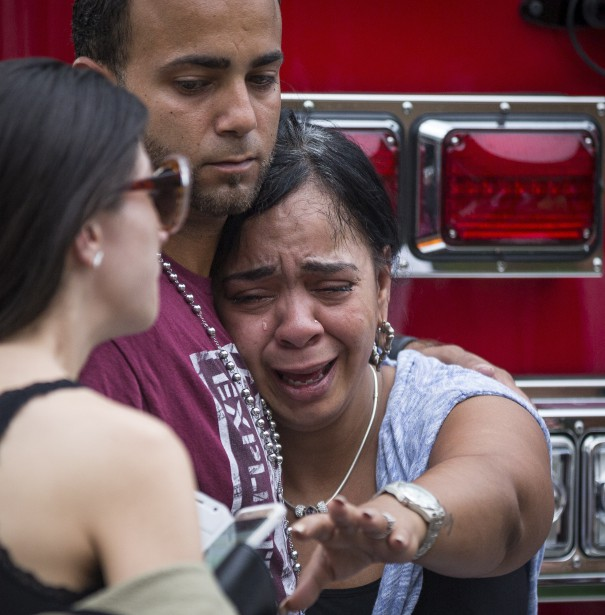 Amis et familles étaient atterrés après qu'une liste de personnes hospitalisées à Orlando eut été dévoilée, où n'apparaissaient pas les noms de ceux qui sont décédés ou portés disparus. (AP, Loren Elliott)