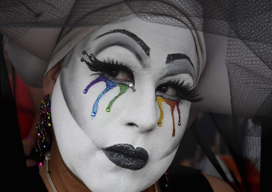 «Sœur Leiya» regarde le défilé de la fierté gaie de West Hollywood, en Californie, où les mesures de sécurité ont été renforcées à la suite du carnage à Orlando et de l'arrestation d'un homme lourdement armé à Los Angeles. (AFP)