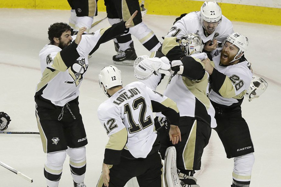 Les Penguins célèbrent leur victoire.... (Photo Eric Risberg, Associated Press)