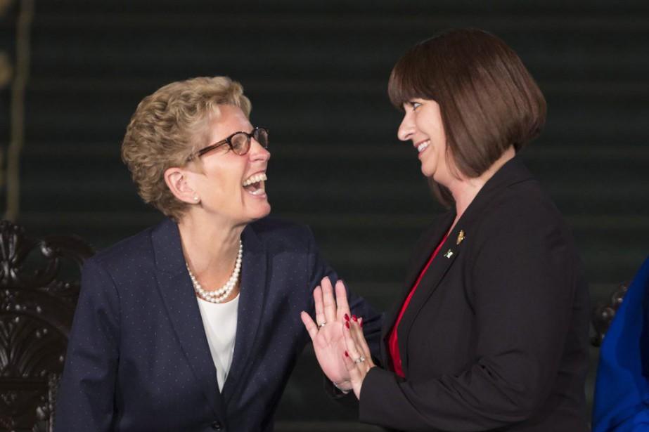 La première ministreKathleen Wynne et la nouvelleministre des... (PHOTO PETER POWER, PC)