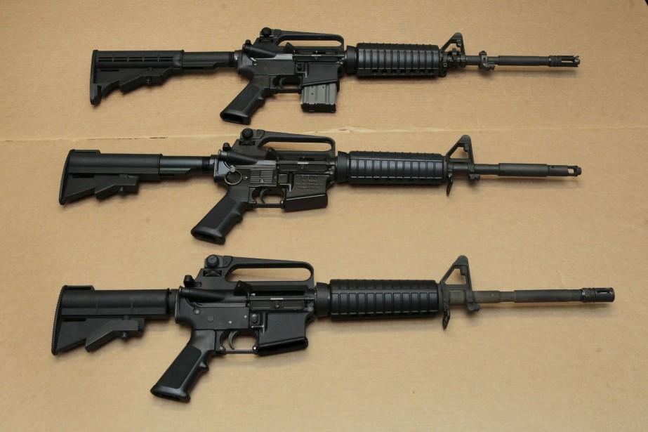 Des fusils d'assaut AR-15.... (Photo Rich Pedroncelli, archives Associated Press)
