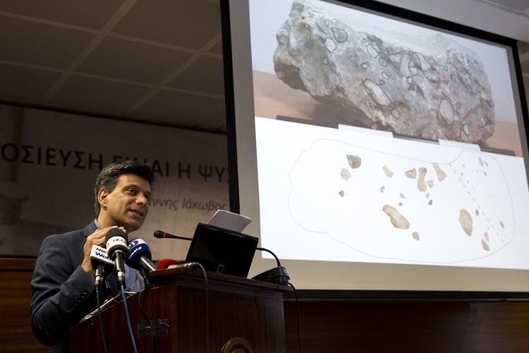Le directeur des travaux d'excavation du site archéologique,Christofilis... (PHOTO AP)
