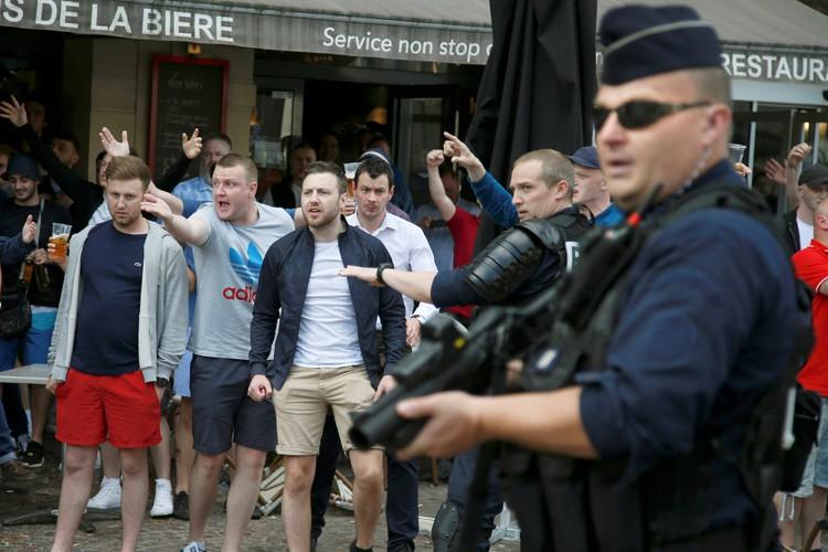 Des heurts ont eu lieu à Lille mardi... (PHOTO REUTERS)