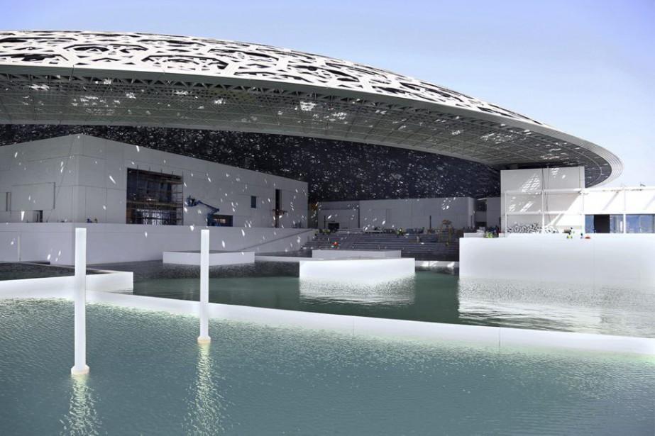 Le bâtiment futuriste du Louvre baignera en partie... (PHOTO AFP)