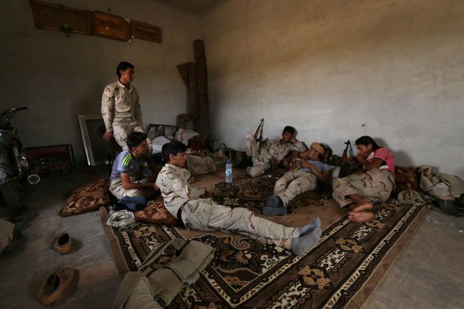 Des soldats des Forces démocratiques syriennes se reposent... (Photo Rodi Said, Reuters)