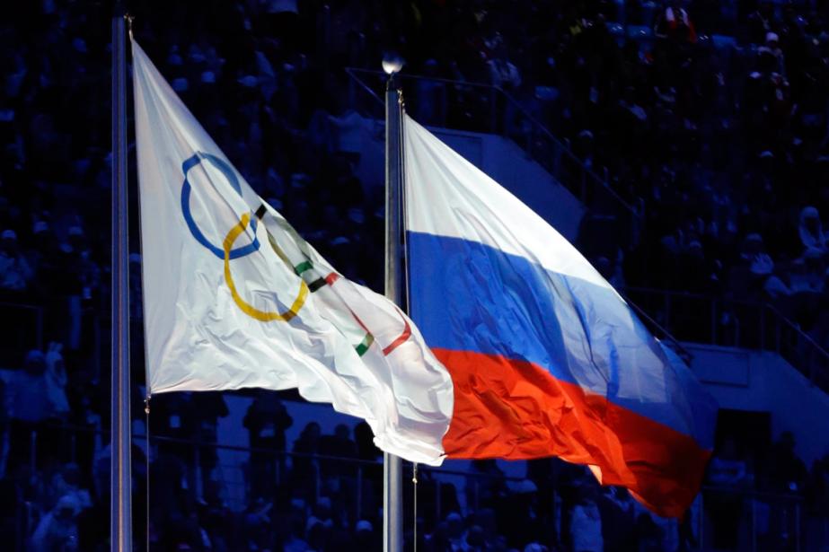 Le drapeau olympique et le drapeau de la... (Photo Patrick Semansky, archives AP)